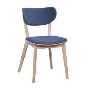 Světle hnědá dubová jídelní židle s modrým sedákem Folke Cato